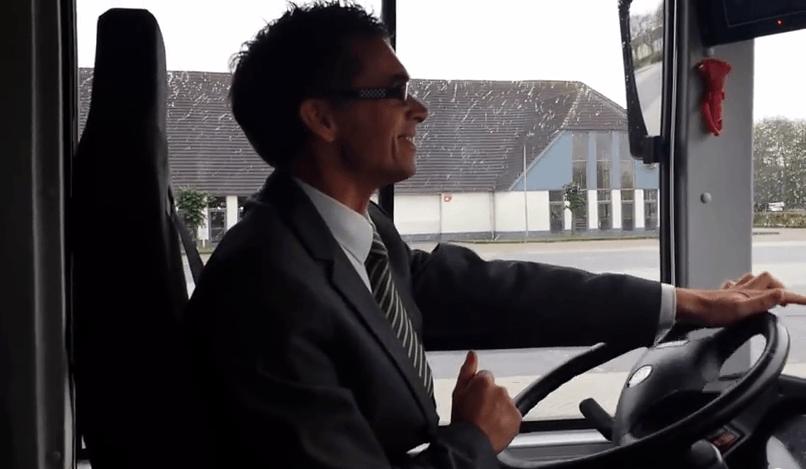 Arjen Jaarsma in een elektrische testbus van Ebusco. Foto: Go! / YouTube