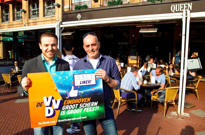 Ferry van den Broek (VVD) laat op de Markt zien dat hij zijn best heeft gedaan voor de grote schermen.