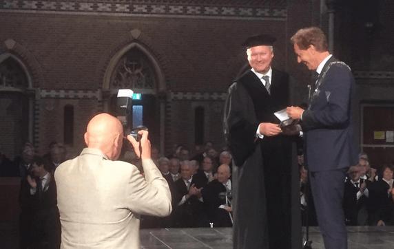 de erepenning voor de scheidend rector / Foto TU/e