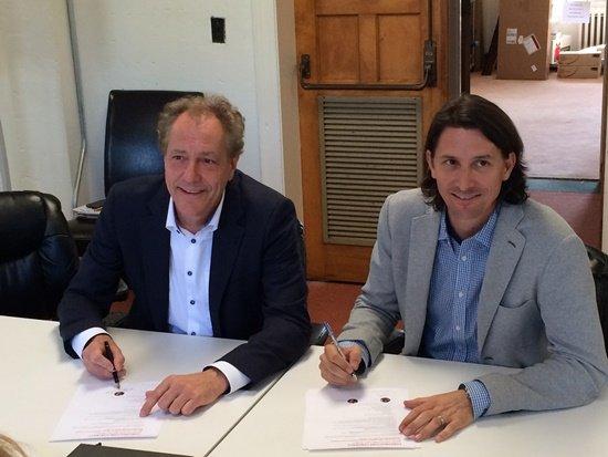 Burgemeester Rob van Gijzel van Eindhoven en Rob Nail, CEO van de SU, tekenen het construction contract