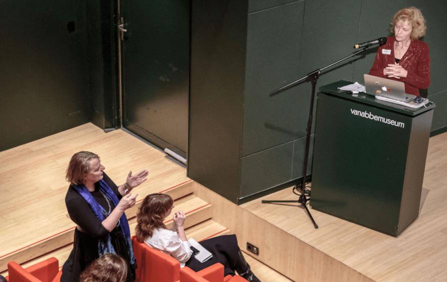 Evelien Tonkens in discussie met wethouder Mary-Ann Schreurs, tijdens de presentatie van de Slimme Raad. Foto (c) Het Nieuwe Instituut