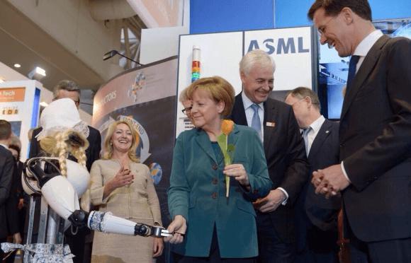Merkel met zorgrobot Amigo tijdens de Hannover Messe in 2014 (foto van Tech United)