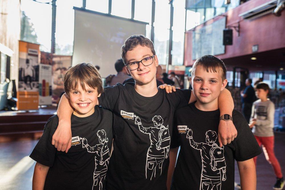 Tim, Dani en Bart hebben zin om samen te beginnen aan de wedstrijd.
