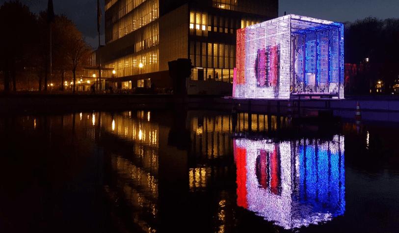 Speciaal voor het Glow project is een aangepaste doorzichtige versie van de Ambianti Tiles ontwikkeld. Behalve de functionele aanpassingen, zijn de tegels volledig waterdicht, om het natte weer van november tegen te kunnen staan.