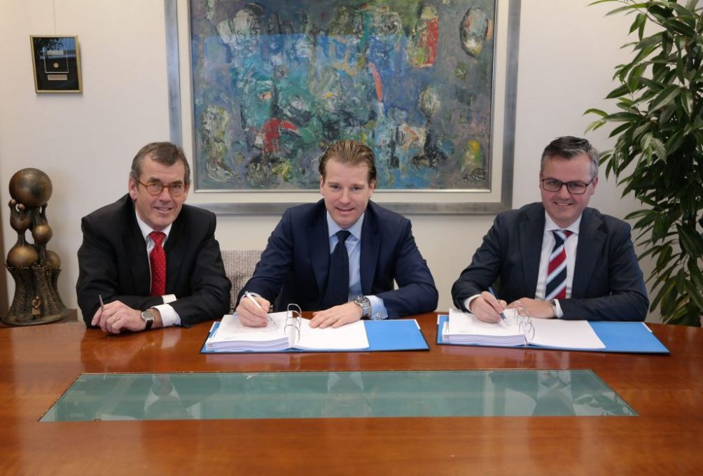 Foto: V.l.n.r. Jan Mooren (hoofddirectie VDL Groep), Willem van der Leegte (president-directeur VDL Groep) en currator Peter Brouns