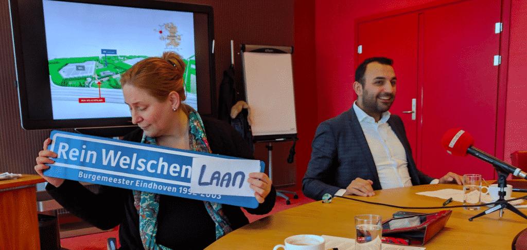 Mary Fiers en Yasin Torunoglu met het 'aangepaste' straatnaambordje voor de Rein Welschenlaan