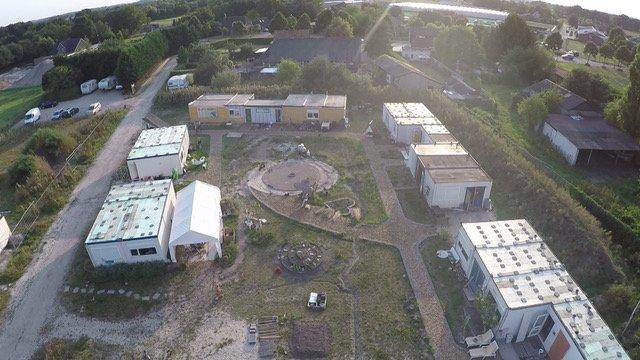 De tijdelijke woningen van bovenaf (foto van Ecodorp)