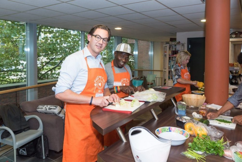 Foto Philips kookt met vluchtelingen via Samen voor Eindhoven