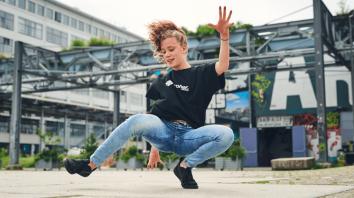 Vicky Bergmans actie _ foto Bram Berkien breakdance