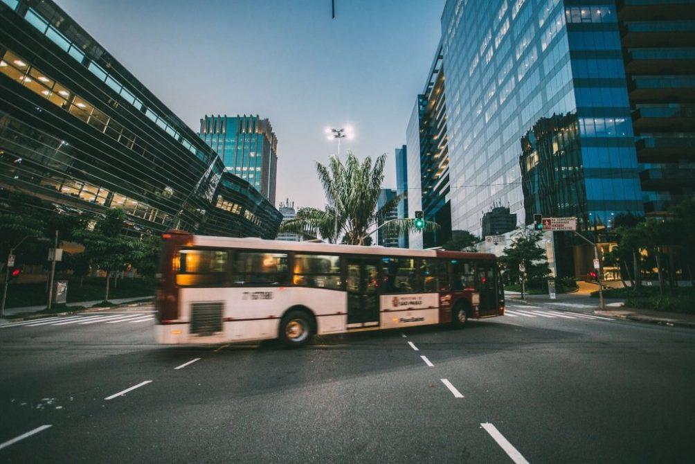 Linienbus-in-Stadt