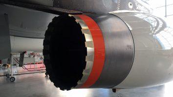 Der rote Ring verblendet die Kante im hinteren Bereich der Triebwerksgondel. Luftwirbel, die Lärm erzeugen, werden so vermieden.
