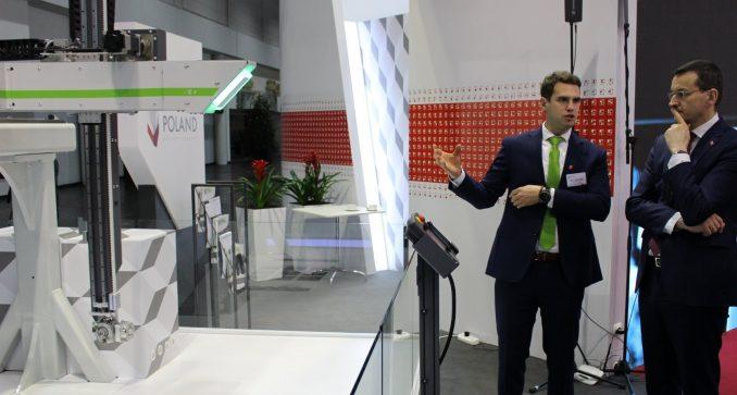 Piotr Orlikowski presents his cartesian robot in front of Mateusz Morawiecki, Polish PM