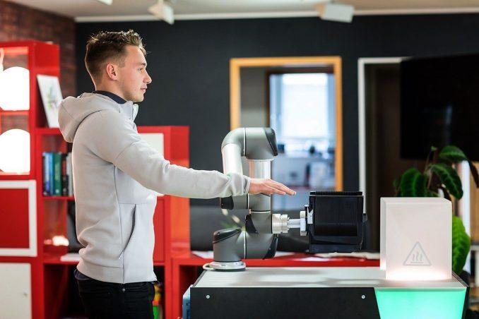 De robot imiteert de beweging van de mens en programmeert zichzelf. Foto: Anne Schwerin