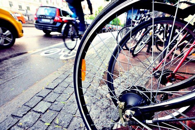 fiets auto weg