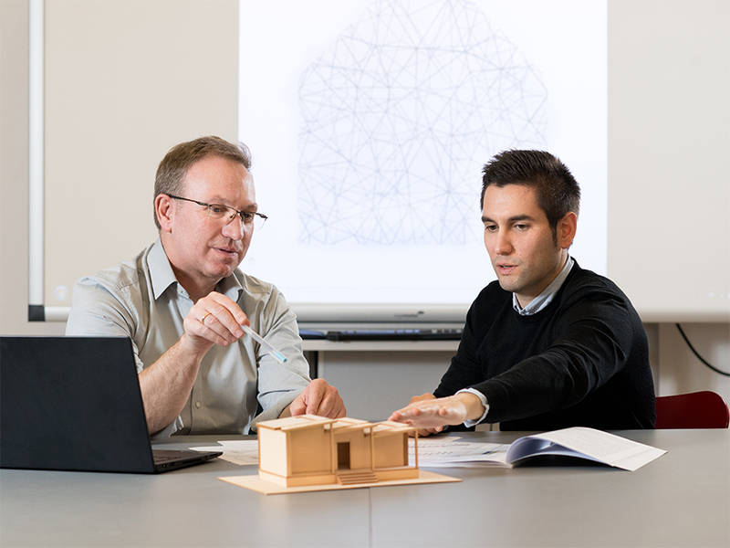 In their simulation, Prof. Thomas Auer (l.) and Manuel de-Borja-Torrejón (r.) consider expansion scenarios for renewable energies and the data of the building stock. (Image: A. Eckert / TUM)