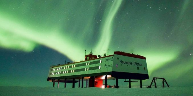 Neumayer-Station-III im Polarlicht