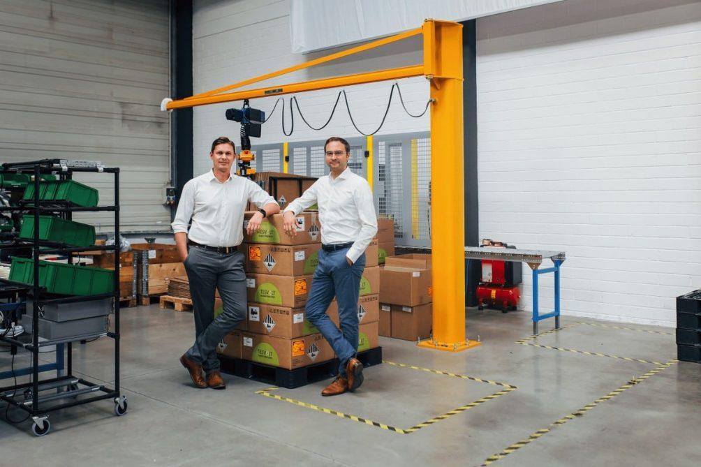 Tesvolt-Gründer in Produktionsstätte für Stromspeicher