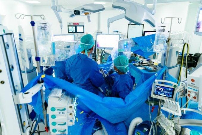 MMC-zet-operatierobot-in-bij-darmkanker-_fotograaf-Bram-Saeys_