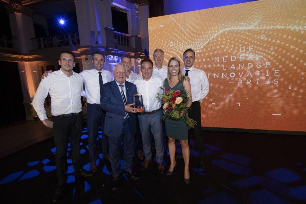 Voorste rij (vlnr): Wim van der Leegte, Pieter van der Leegte en Jennifer van der Leegte hebben in het Kurhaus in Scheveningen de Nederlandse Innovatie Prijs 2019 in ontvangst genomen. Foto: Elvin Boer