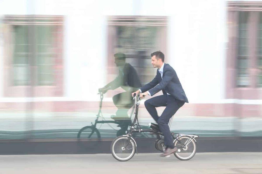 Fahrradfahrer mit Faltrad mit Pendix-Antrieb ausgestattet