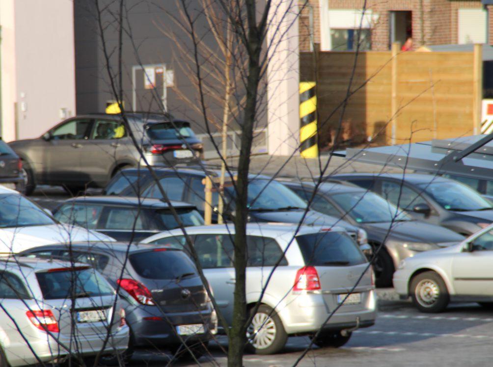 Pakende Autos - Parkplatz suchen ist in der Stadt schwer.