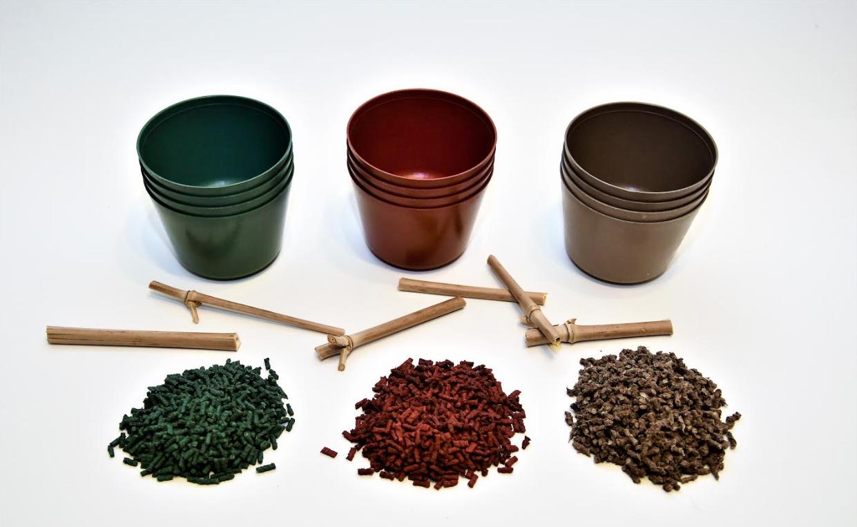 Grüne, rote und braune Töpfe von Evergreen, die aus Biokunststoff hergestellt werden.