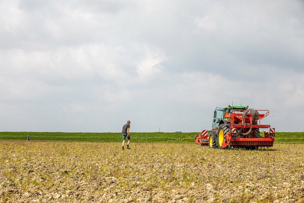 This image has an empty alt attribute; its file name is Tractor-met-boer-bij-Dubbele-Dijk-1004x669.jpg